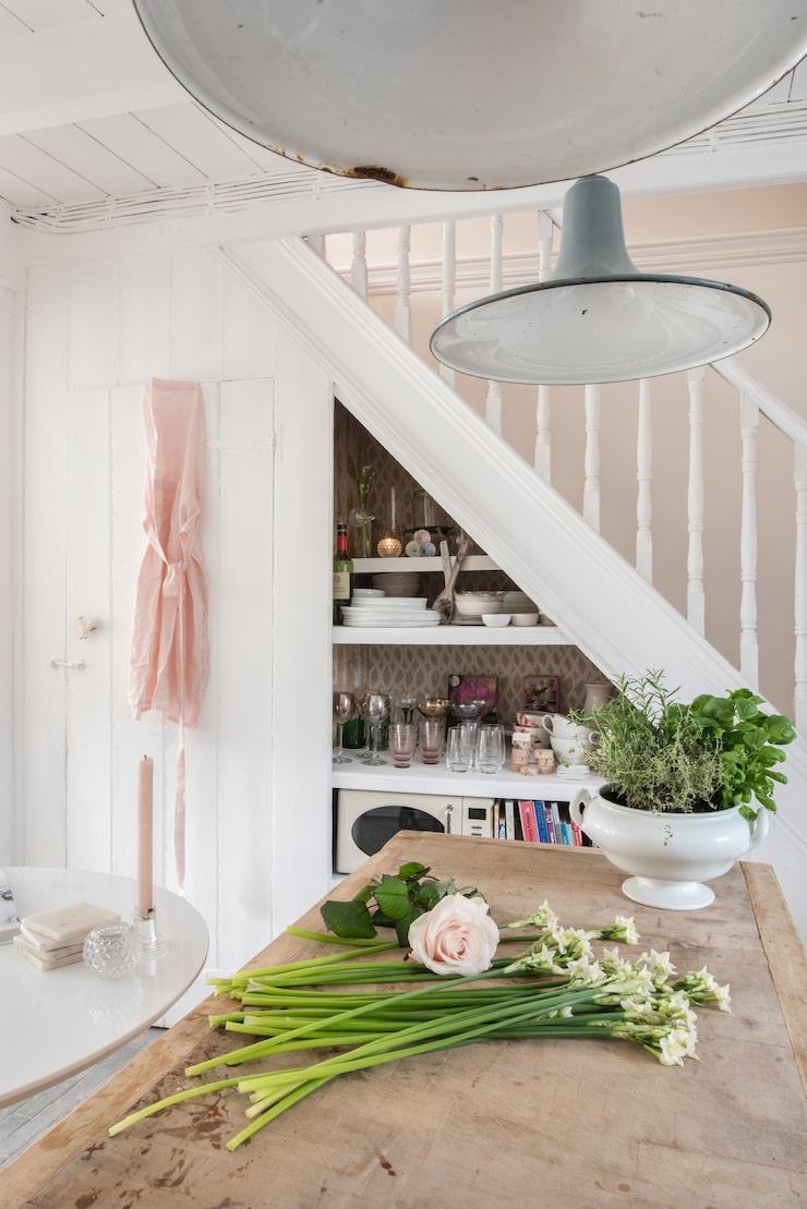 I köket hänger taklampor från Vadstena antik. Skål från Butik Sophie i Danmark. Förklade från Ellos.