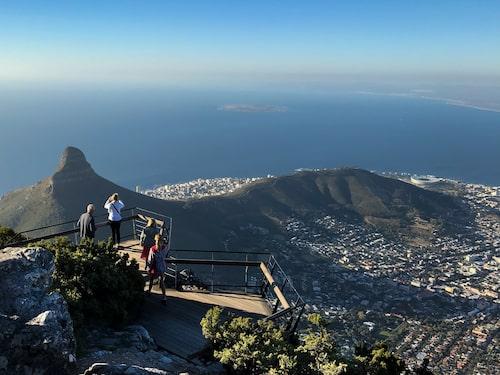 Till Taffelbergets platå kan man gå och klättra men de flesta tar linbanan. Väl uppe väntar en utsikt över hela Kapstaden.