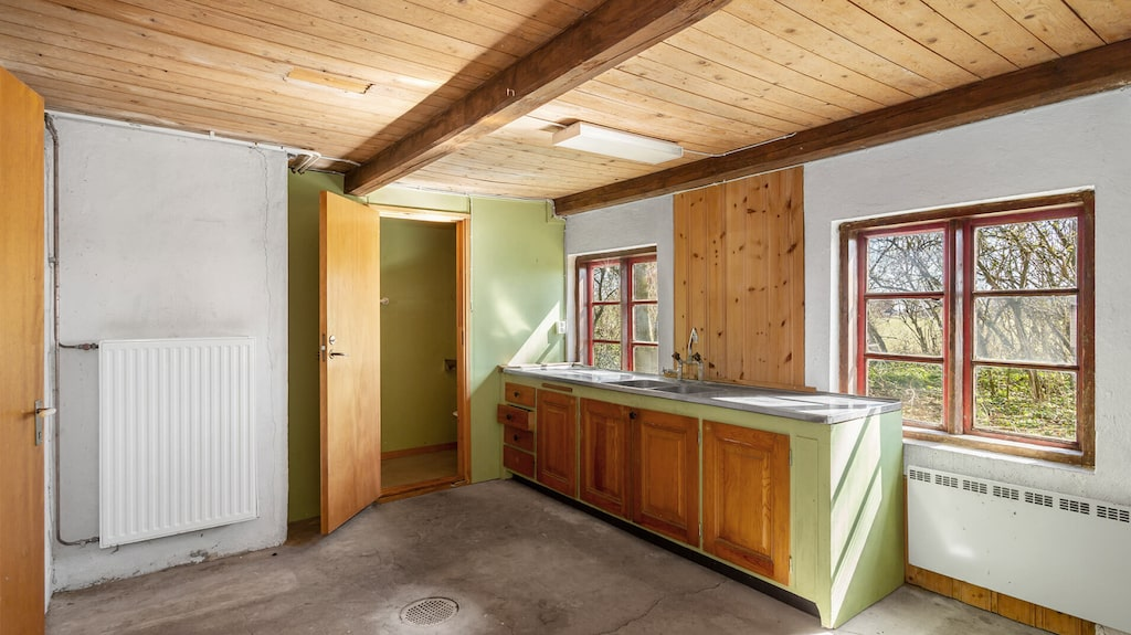 I gårdshuset finns ett rum och kök, tvättstuga och en inredningsbar vind.