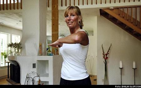 Stående rotation 2. Spänn magen och rotera överkroppen från sida till sida och tänk på att hålla underkroppen stilla.