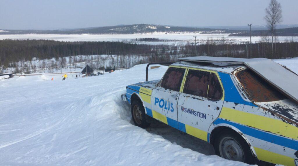 <p>Skidåkning vid polcirkeln. Svanstein Ski heter skidanläggningen som ligger nära finska gränsen, 35 kilometer norr om Övertorneå. En gammal polisbil har blivit hopp och räcke i skidbacken. <br></p>