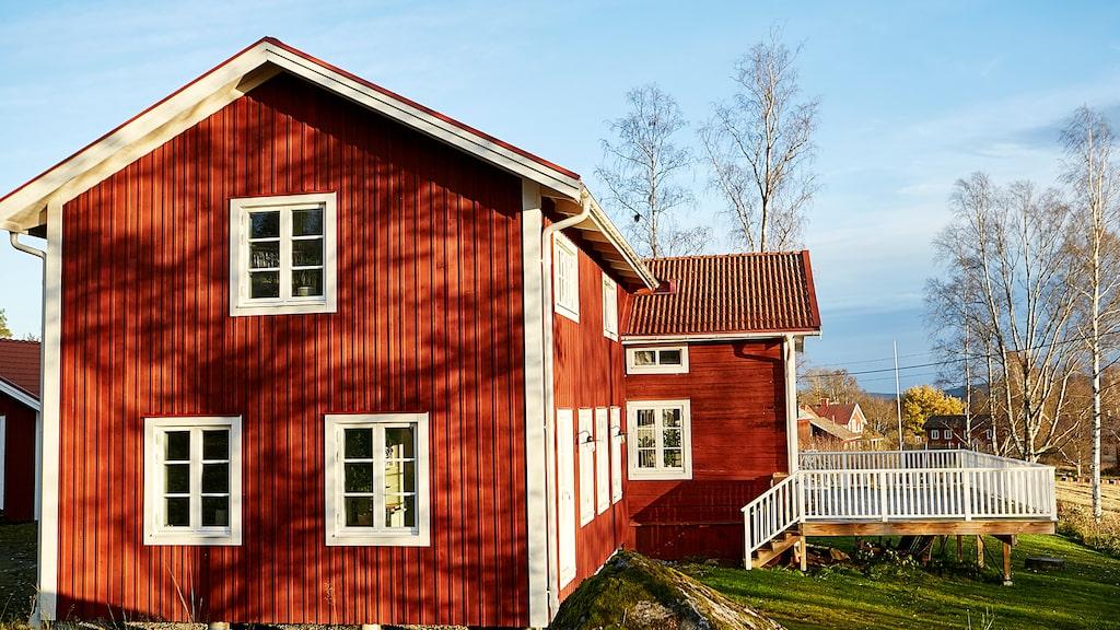 Det röda huset har fått en utbyggnad som gör huset T-format. Från framsidan är huskroppen fortfarande densamma.