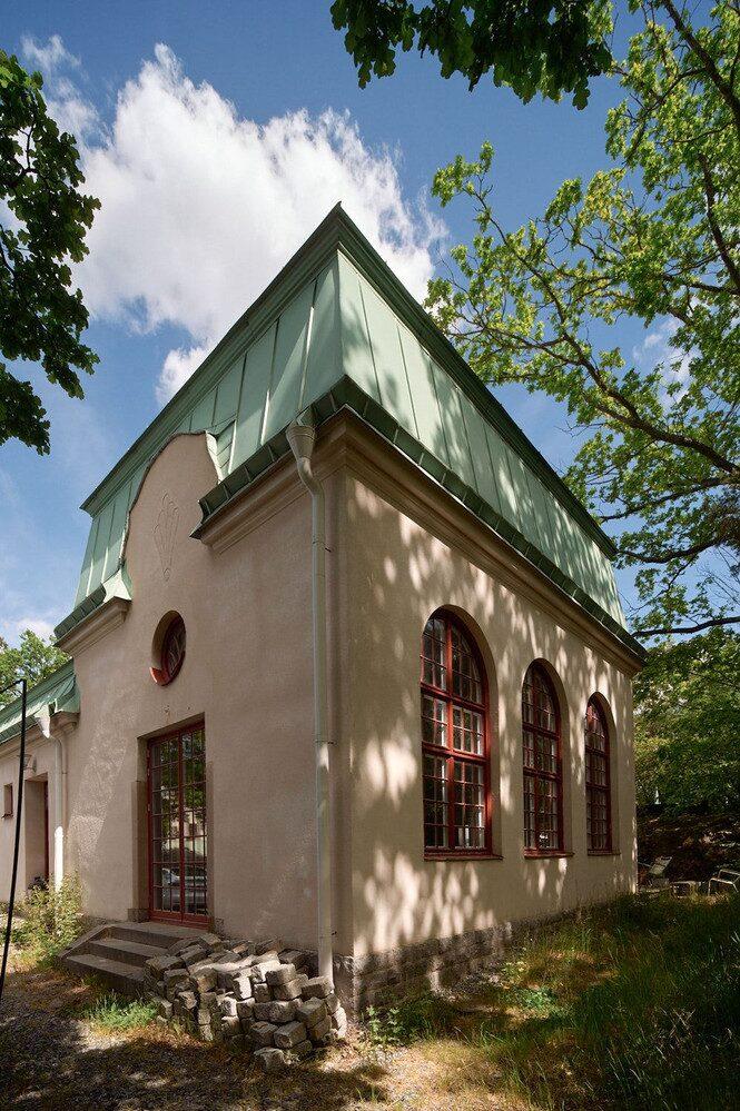 På sinnessjukhuset har kända personer som Ester Henning, Sigrid Hjertén, Elsa Grünewald och Hermann Göring legat inne. Kanske har de också biktat sig i kapellet...