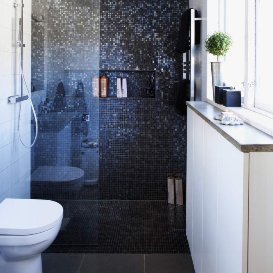 Övervåningens badrum har klinker från Marrakesh kakel och stora kakelplattor från M2 Kakel. Duschkran från Tapwell.