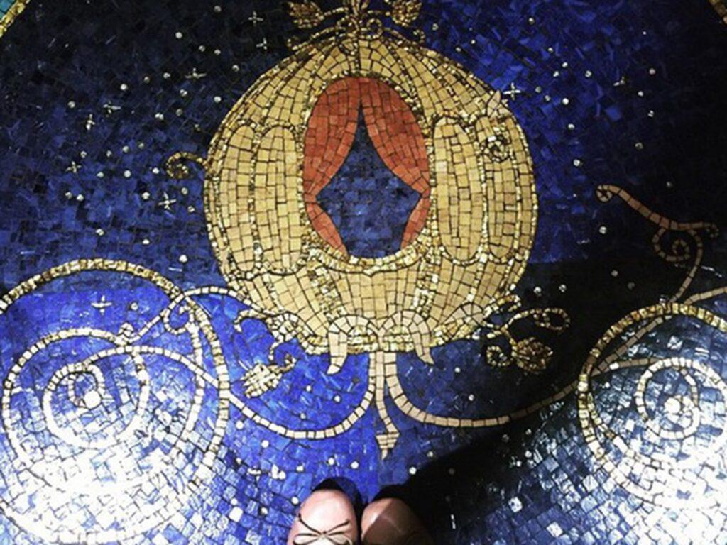 <p>Glvet pryds av en mosaik föreställande Askungens pumpavagn.</p>