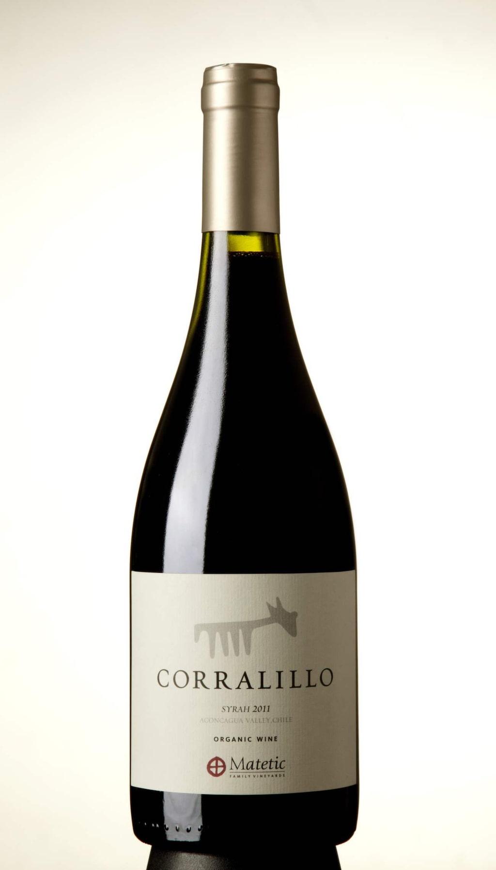 """Rött<br><strong>Corralillo Syrah 2011 (6446) Chile, 99 kr</strong><br>Tät, generös smak med inslag av mogna vinbär, örter och nyrostat kaffe. Gott till en viltskavspanna med potatispuré.<br><exp:icon type=""""wasp""""></exp:icon><exp:icon type=""""wasp""""></exp:icon><exp:icon type=""""wasp""""></exp:icon><exp:icon type=""""wasp""""></exp:icon>"""