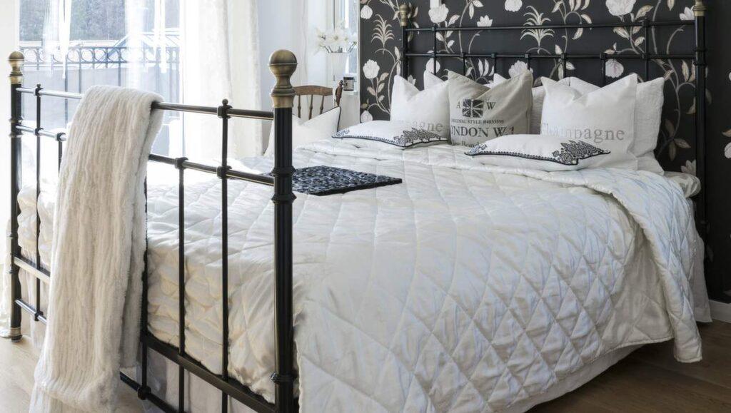 <p>Svart och vitt. Sovrummet är inrett i en varm, romantisk känsla. Tapet Magnolia Campbelli från Nina Cambell. Säng från Ikea och taklampa från Eos.</p>