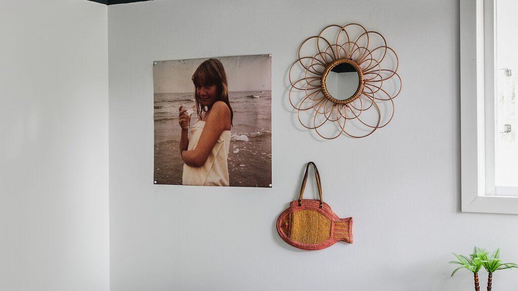 Gäst- och arbetsrummet tillkom i renoveringen. Eftersom taket är öppet upp i nock och rummet litet målades tak och en bit av väggen i en mörkt gråblå nyans. På väggen Stina, 13 år, på stranden i Vejbystrand, spegel från Indiska och fiskväska från en vintagebutik i Brooklyn, New York. Överkastet är en gardin från loppis, kuddar från Ikea och loppis. Taklampan är ihopbyggd av två loppislampor.