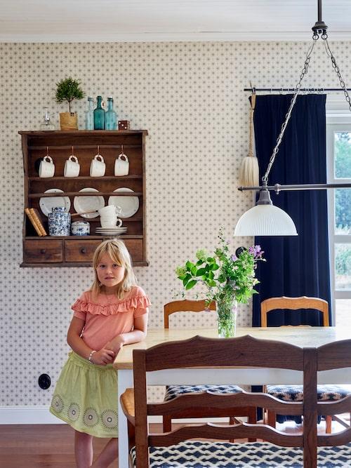 Beata vid det charmiga gamla köksmöblemanget i familjens härliga bondkök.
