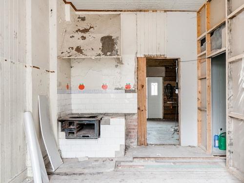 Ett blivande lantligt kök? Den som köper huset får räkna med en rejäl arbetsinsats innan det är beboeligt.