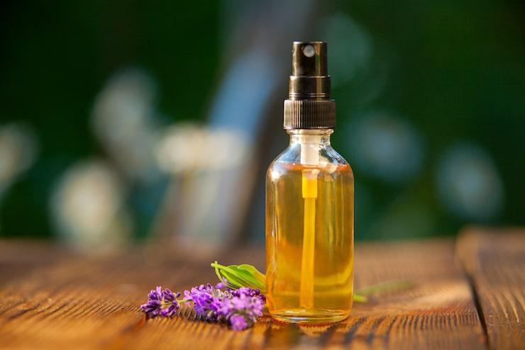 Välj en eterisk olja som luktar lavendel, tvättmedel eller något annat som du gärna doftar.
