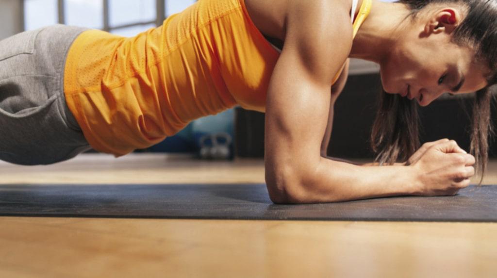Plankan är en fenomenal övning som stärker både mage och rygg.