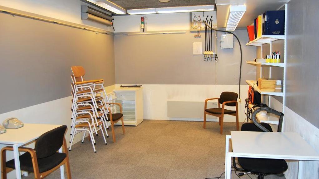 Ett av rummen liknar ett klassrum.