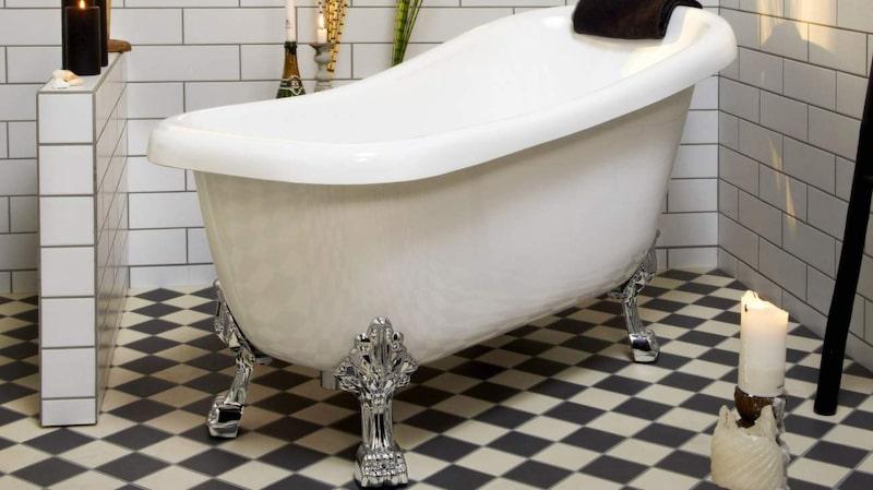 <p>Pampigt med lejontassar. Fristående badkar Lewis i sanitets-akryl, 155 × 73 centimeter, Skånska byggvaror.</p>