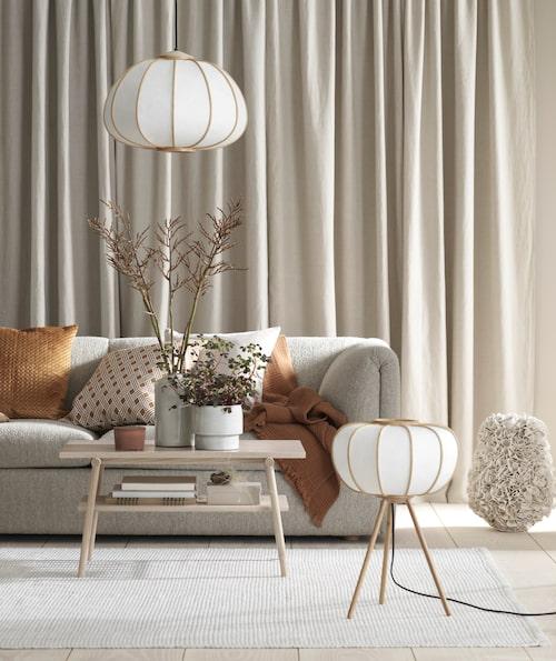 Naturmaterial. Golvlampa och taklampa i bambu, från H&M Home.