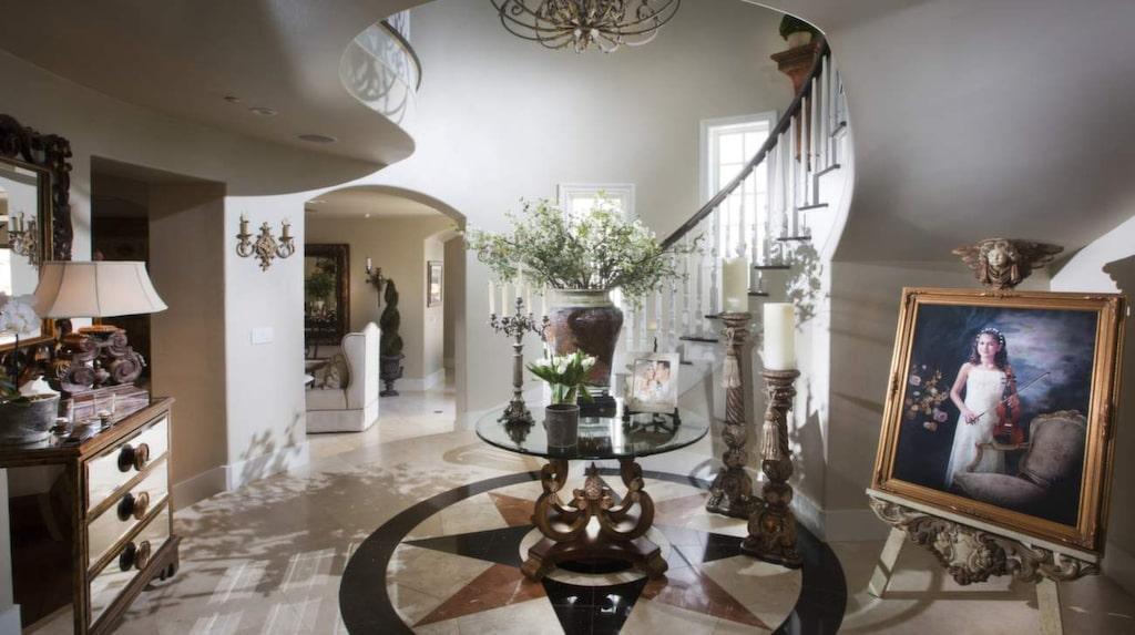 Den här delen av huset har nyligen dekorerats om och Maria funderar på om färgerna möjligtvis är lite väl grå.