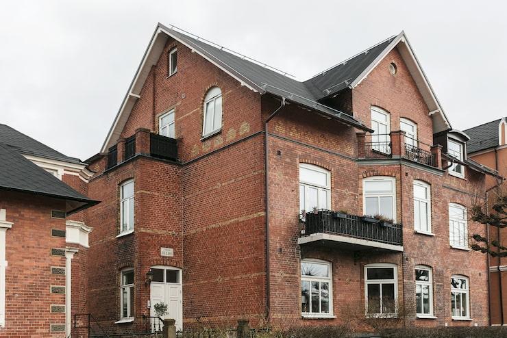 Huset i Gamla Olympia ör byggt 1905 och har en rå tegelfasad.