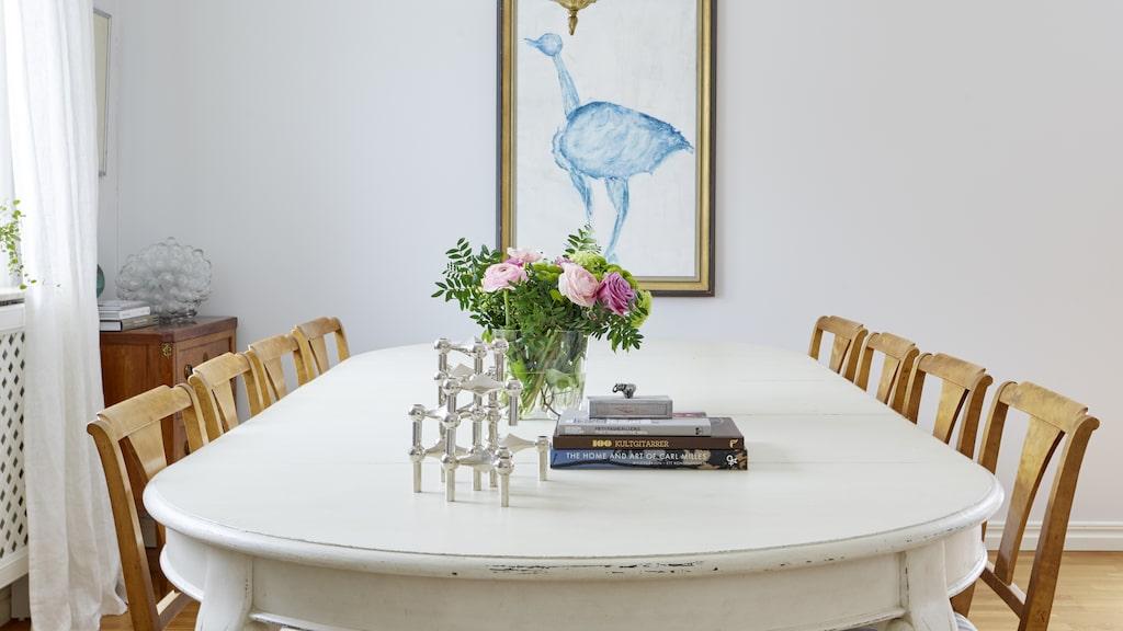 Bordet är köpt på auktion. Tavlan i bakgrunden är ett verk av Michaela. Ljusstake Nagel stoff. Lampa från Bukowskis.