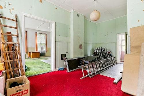 På nedervåningen finns två hallar och två salar.