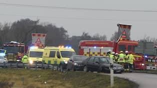 Bil korde in i tradgard fyra till sjukhus