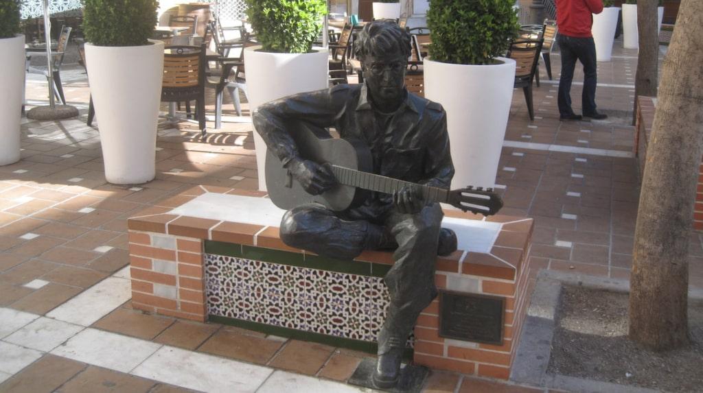 """Staty av John i Algeciras, Spanien där han skrev """"Strawberry Fields Forever"""" under en filminspelning hösten 1966."""