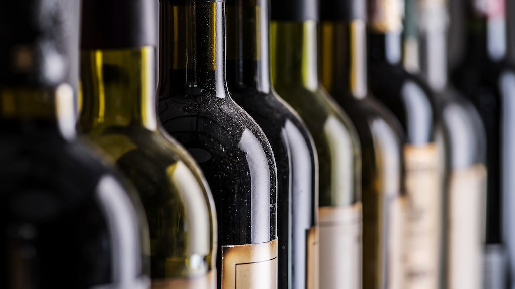 Tunga glasflaskor är betydligt sämre ur klimatperspektiv än till exempel lätta glasflaskor och petflaskor.