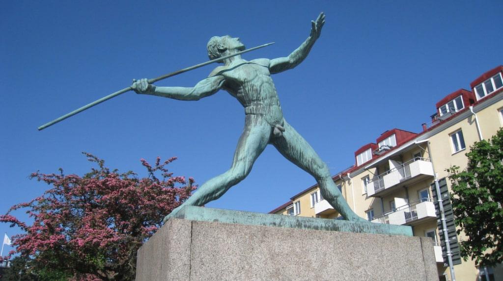 """<p>Skulpturen <a href=""""https://commons.wikimedia.org/wiki/File:Carl_Fagerberg,_Spjutkastaren_(1939)_i_brons,_Sundbyberg,_2018a.jpg#/media/File:Carl_Fagerberg,_Spjutkastaren_(1939)_i_brons,_Sundbyberg,_2018a.jpg"""" target=""""_blank"""">Spjutkastaren</a> hamnade i Sundbyberg efter att Stockholms skönhetsråd protesterat mot att ställa den utanför Stockholms stadion.</p>"""