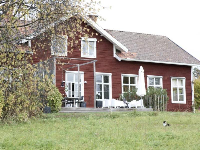 För tio år sedan flyttade familjen in i den gamla byskolan i Hjortnäs. Det var de stora utrymmena, närheten till vattnet och läget som avgjorde.