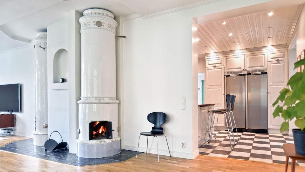 Vardagsrum med kakelugn, vilken var en av ugnarna som var de enda värmekällorna i huset fram till 2005.
