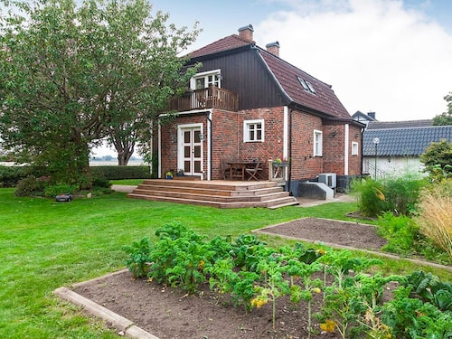 Den här vackra villan är till salu för 2 249 000 kronor och ligger i Helsingborg.