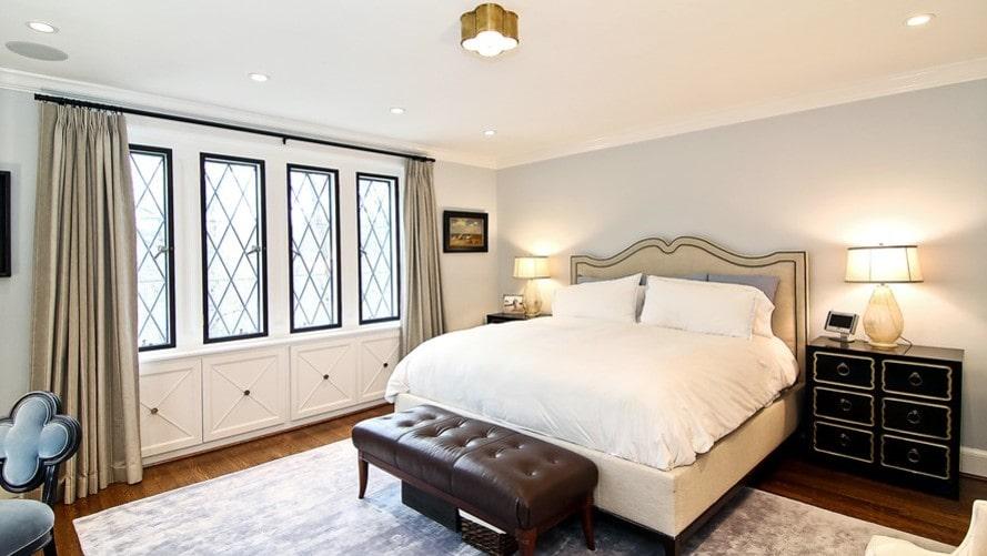Sovrummet har spröjsade fönster och en stor typisk amerikansk säng.
