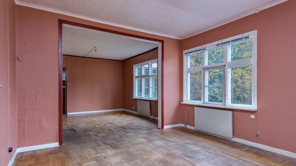 Salen med stora spröjsade fönster.