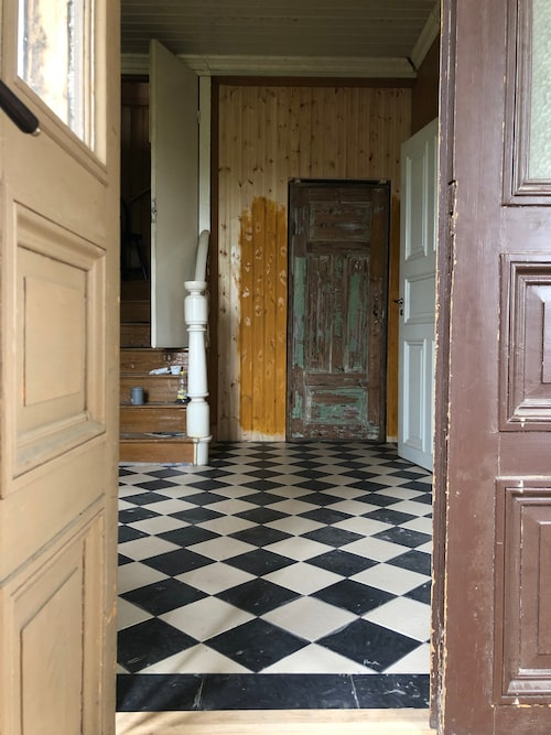 """Den pampiga entrén var ett av de första rummen som de började renovera. För Emilia är det viktigt restaurera varsamt och bevara så mycket som möjligt i original. """"Jag vill ju göra det med rätt metoder, de sätt som huset mår bra av för att det ska kunna leva vidare i hundra år till."""""""
