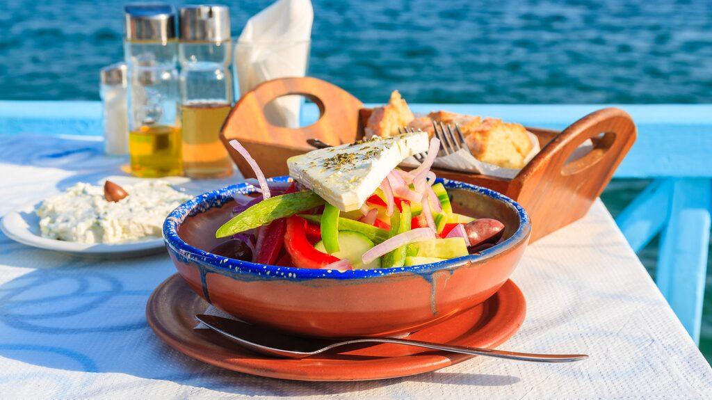 Tzatziki och grekisk sallad, enkelt att svänga ihop!