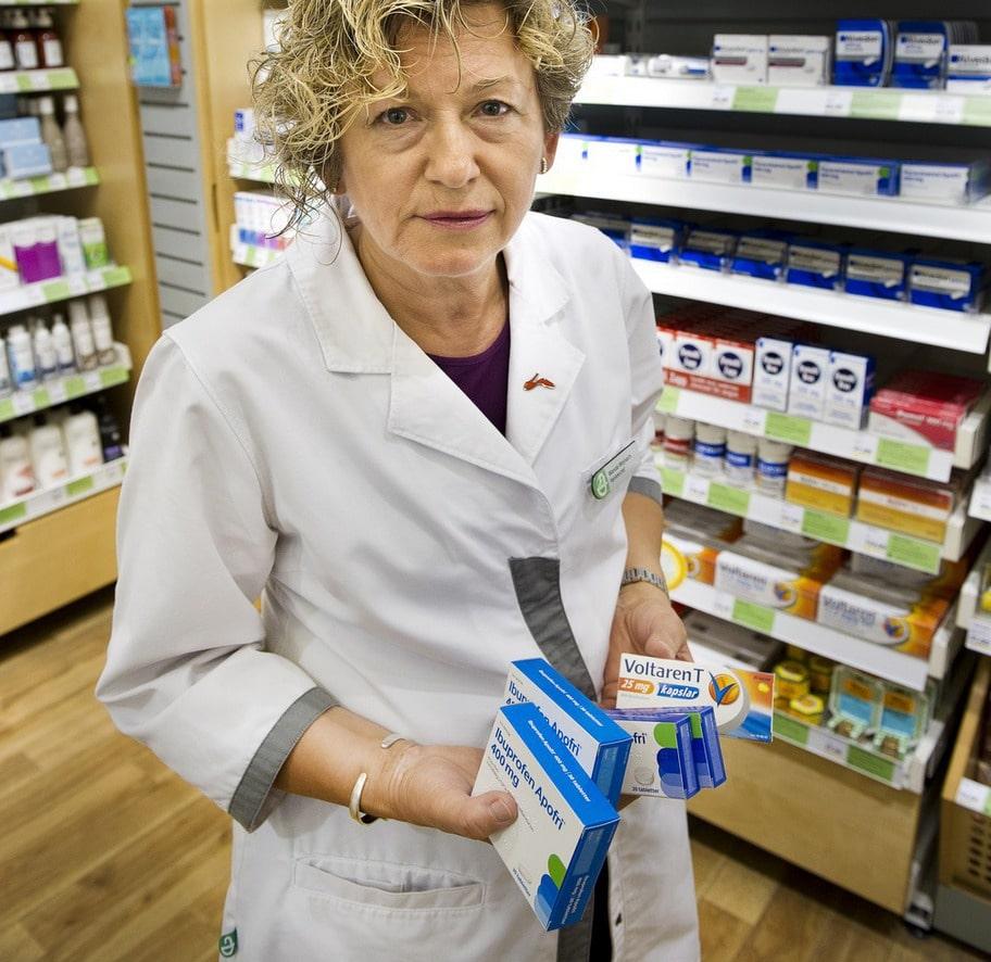 """OLIKA. Wanda Wojnach, 58, är chef på apoteket Smultronet vid Fridhemsplan i Stokholm. Hon brukar ta Voltaren (diklofenak) om hon drabbas av akut värk. """"Det fungerar jättebra, till och med mot migrän. Men vill jag ha långvarig lindring tar jag Naproxen, det har effekt i tolv timmar""""."""
