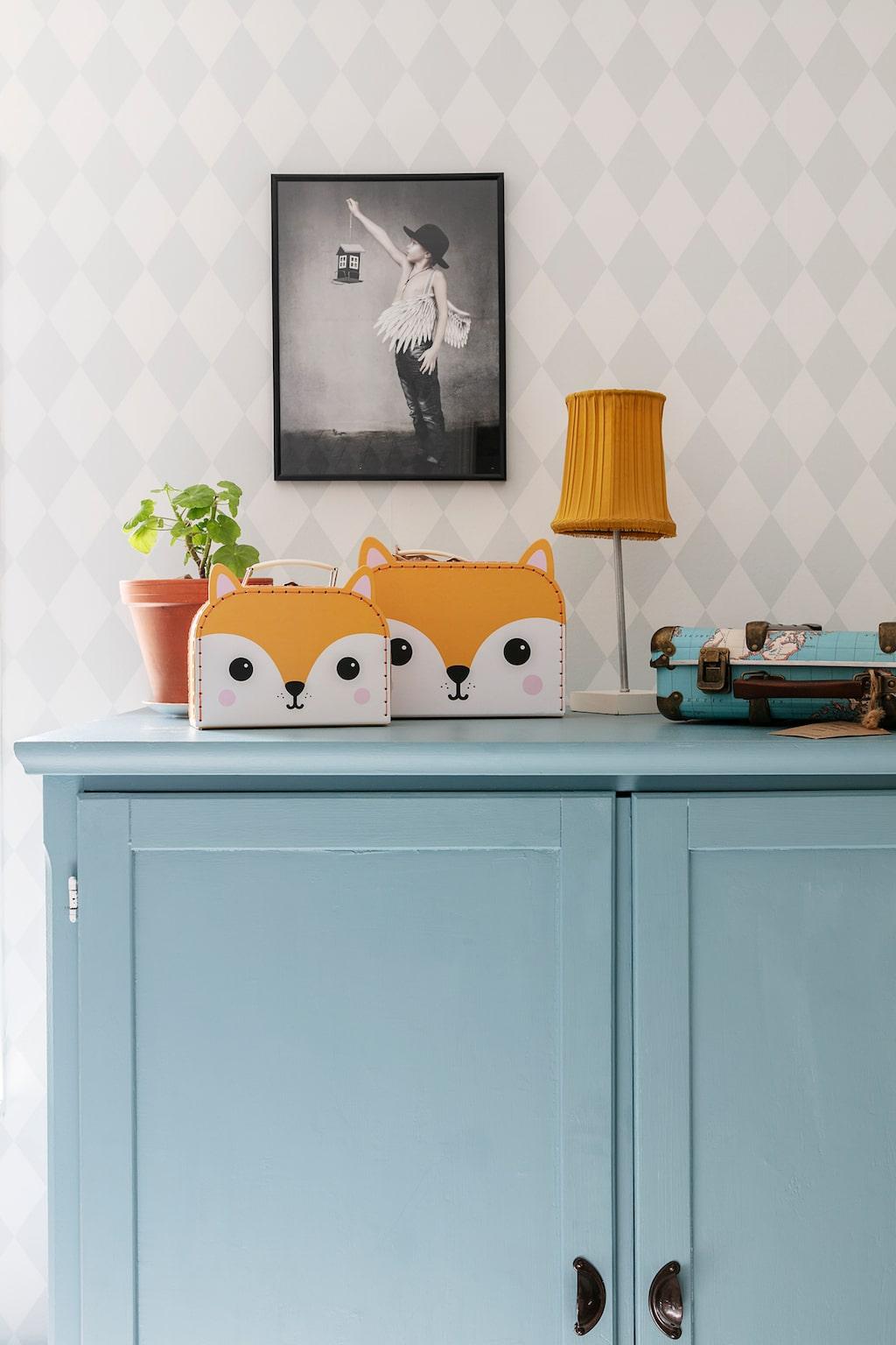 Den ljusblå garderoben i Timothys rum har Mia själv målat om och var från början ett tv-skåp i furu. De söta rävväskorna säljer Mia i sin butik.