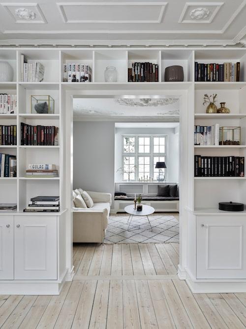 Den vackra platsbyggda hyllan binder samman biblioteket och vardagsrummet.