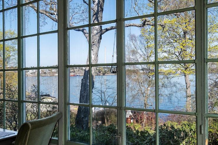 Från glasverandan har man utsikt över Halvkakssundet.