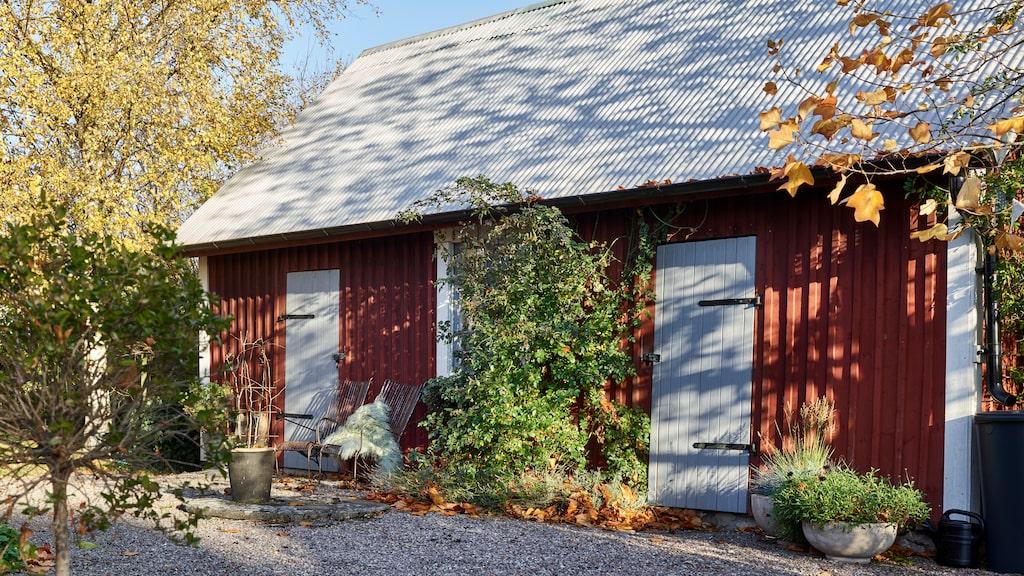 Den charmiga innergården omringas av uthus.