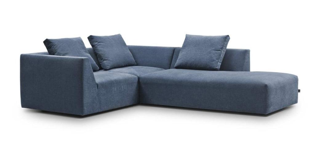 <p>Hörnsoffa Juul i blått tyg, 190x250 centimeter, 32 935 kronor, Eilersen.</p>