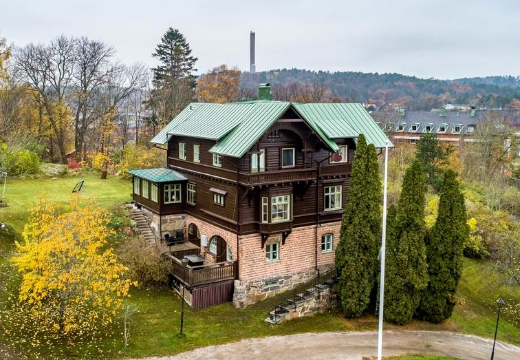 År 1890 ritade välkända arkitekten Eugen Thorburn den spektakulära villa Skanskullen i Uddevalla.