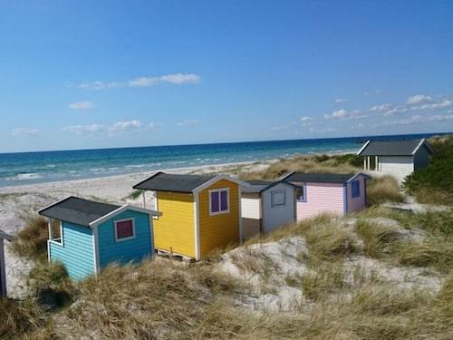De färgglada badhytterna vid Skanörs strand.