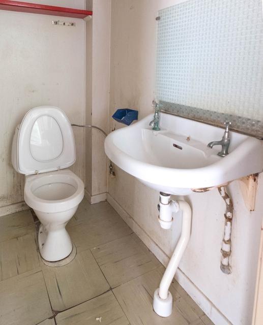 Toaletten är verkligen av det enklaste slaget.