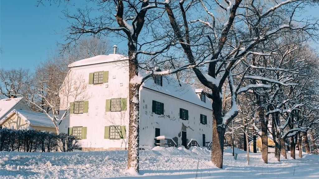 Det fina stenhuset i Fagersta är byggt någon gång under 1700-talet. Nu är det till salu med ett utgångspris på 950 000 kronor.