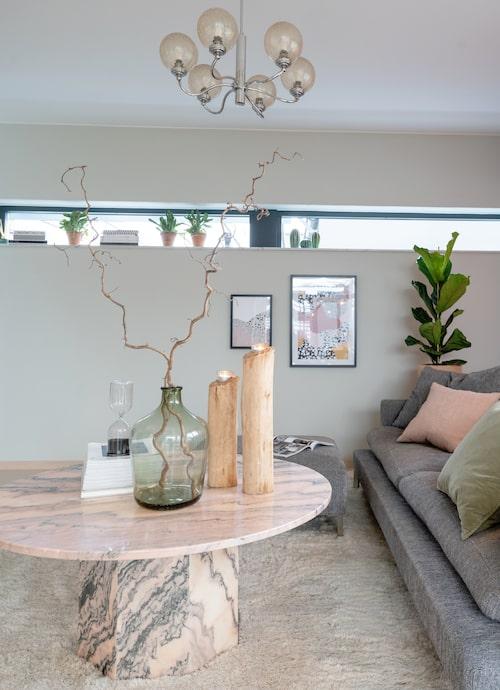 Det läckra soffbordet i rosa marmor är vintage, taklampan likaså.