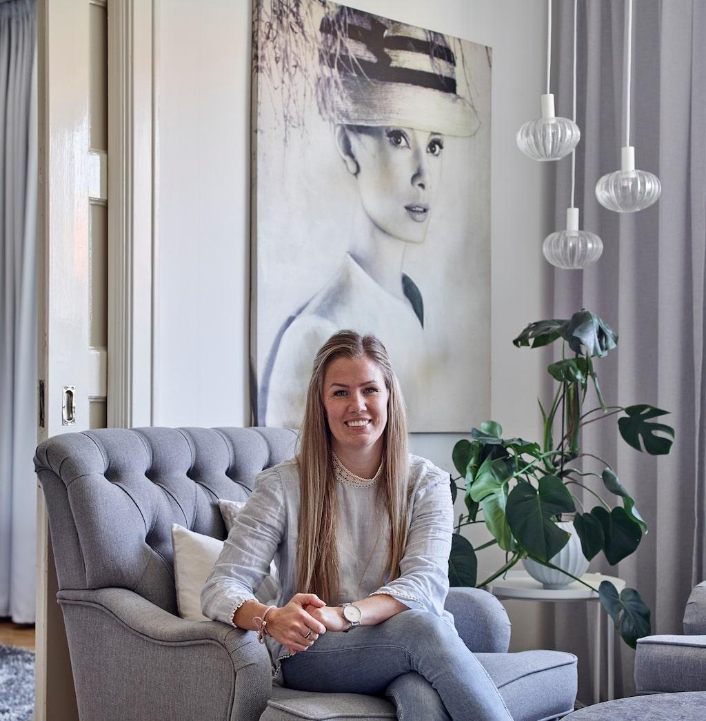 Linnea bor i en hyresrätt i Malmö med sin samo och dotter. Tavlan på väggen bakom kommer från Bolagret. Lamporna, som Linnea gjort om lite, från Ellos. Fåtölj från Trendrum.