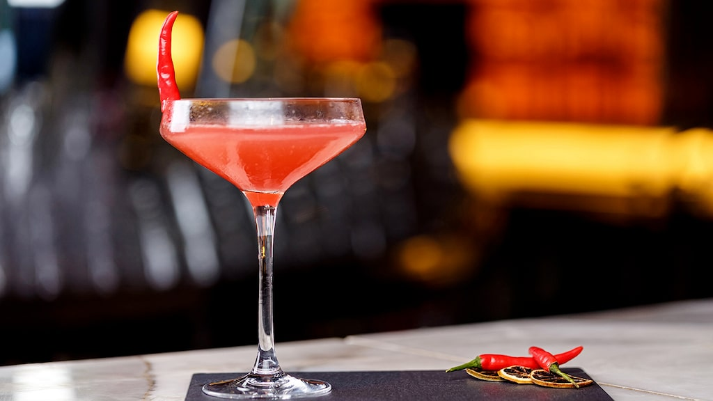 Heta drinkar med chili blir allt populärare. I version sötad med sirap och toppad med jordgubbar för den som vill.