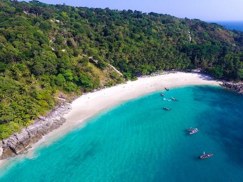 Freedom Beach, hit tar du dig antingen till fots eller med långsvansbåt.
