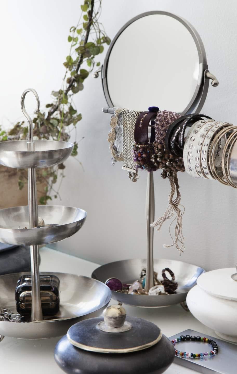 I badrummet förvarar Camilla sina smycken. Fat och spegel från serien Lillholmen, båda från Ikea. Brun glasbox Vitriini från Ittala.