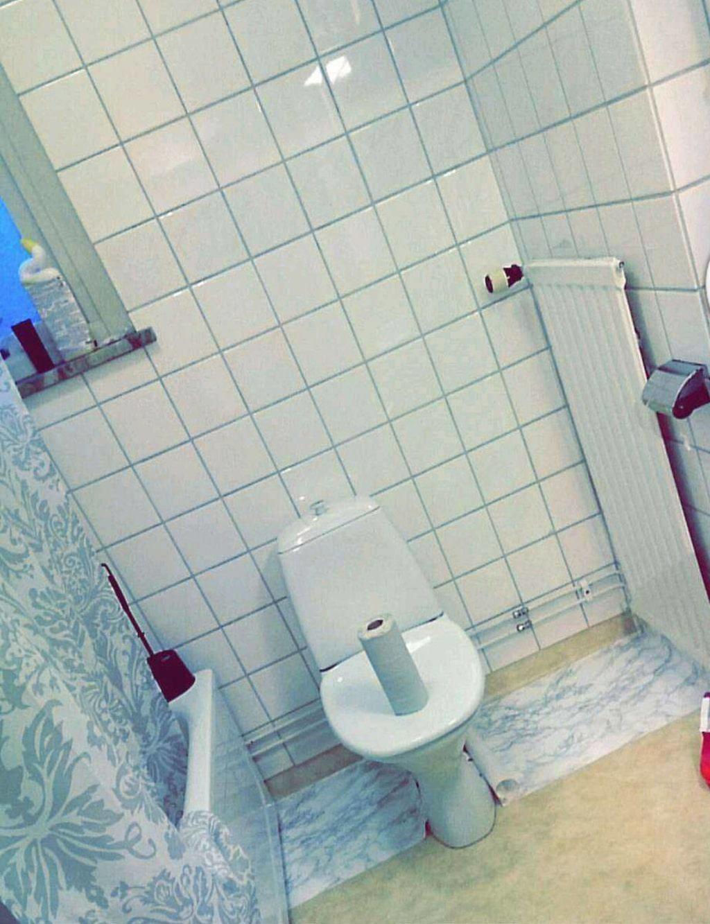"""<p>""""Det var ett jättefult golv i badrummet innan, en gul plastmatta. Jag hade använt dekorplast tidigare och tänkte att det borde gå att använda även i badrummet"""", berättar Felicia.<br></p>"""